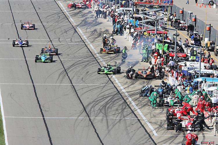 Pit crews work fast to get their drivers back on the track during the IndyCar Series Kansas Lottery Indy 300 at Kansas Speedway in Kansas City, Kansas on April 29, 2007.