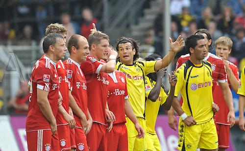 Dortmund's Nelson Valdez (C) gestures during the Bundesliga soccer match Borussia Dortmund vs FC Bayern Munich at Signal Iduna Park in Dortmund, Germany, 12 September 2009. Photo: Bernd Thissen/Actionplus. UK Licenses Only.