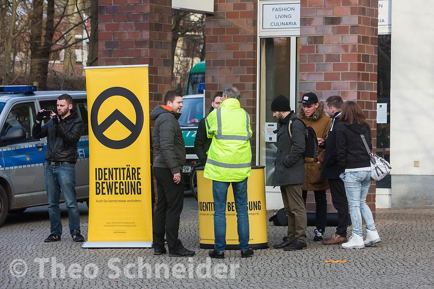 Sieben Anhänger der Identitären Bewegung führten mit geringer Resonanz einen Infostand am S-Bahnhof Zehlendorf durch. Gegenüber protestierten 50 Menschen gegen die Aktion.