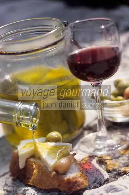 Europe/Croatie/Dalmatie/Primosten: Casse-croute local, pain, fromage et huile,d'olive et vin du vignoble  de Karst