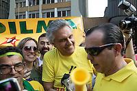 SÃO PAULO, SP, 16.08.2015 - PROTESTO-SP - O Senador Federal Ronaldo Caiado é cercado por manifestantes protestam contra o governo na Av Paulista, região sul de São Paulo na tarde desse domingo (16) (Foto: Marcelo Brammer / Brazil Photo Press)
