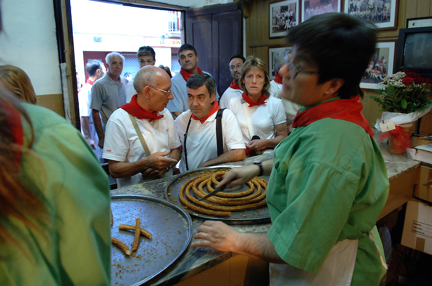 Churreria Mañueta Iruña Pamplona. The churreria Mañueta exists since December 13, 1872. Five generations of the family Elizabeth-Fernández has worked on the Mañueta churrería since 1872..During San Fermin Fiesta is an old tradition to eat 'churros' in the morning before and after the 'Encierro' or running of the bulls. Mañueta opens its doors for the last two Saturdays of June, the festival of San Fermin and all Sundays in October. .Argazkia / Photo: Ander Gillenea