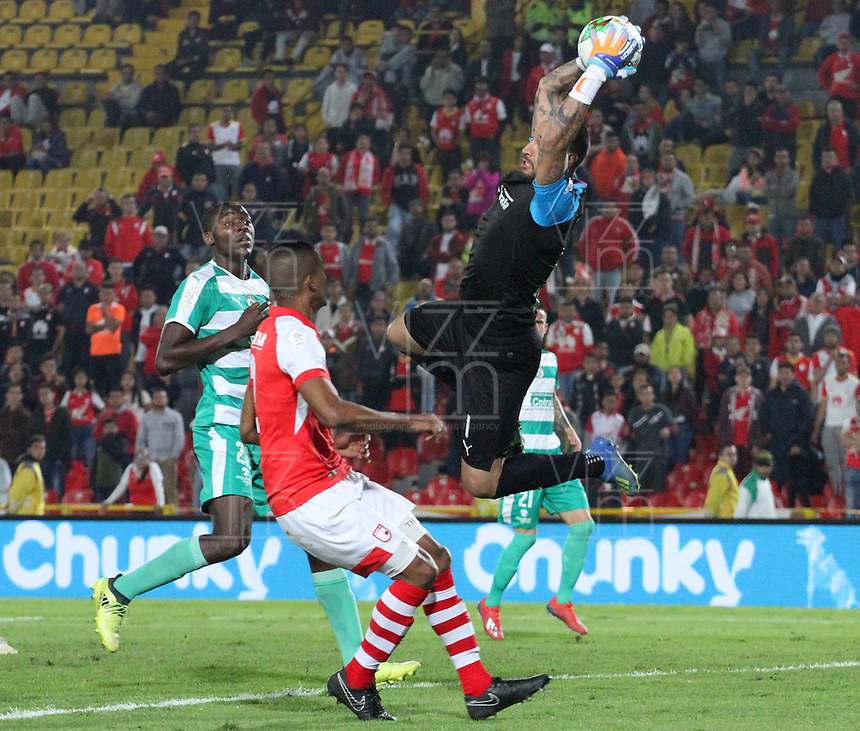 BOGOTÁ- COLOMBIA, 13-04-2019:Diego Novoa (Der.)  guardameta de La Equidad  disputa el balón con Fainer Torijano (Izq.) Jugador del Independiente Santa Fe durante  partido por la fecha 15 de La Liga Aguila I 2019 ,jugado en el estadio Nemesio Camacho El Campin de la ciudad de Bogotá. / Diego Novoa (R) goalkeeper of La Equidad fights the ball agaisnt of Fainer Torijano (L) player of Independiente Santa Fe during match for the date 15 as part Aguila League I 2019 between Independiente Santa Fe  and La Equidad   played at Nemesio Camacho el Campin  stadium in Bogota city.  Photo: VizzorImage / Felipe Caicedo / Staff