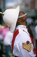 Iles Bahamas / New Providence et Paradise Island / Nassau: Défilé et fête populaire lors de la Fanfare de la Royal Bahamas Police Force Band lors de l'ouverture de la session de la cour suprème à Rawson Square - Policier en costume d'apparat surveillant l'évolution du temps