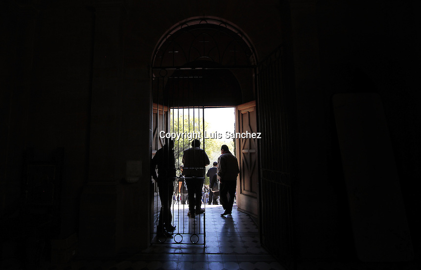Quer&eacute;taro, Qro. 26 de enero de 2017.- El Presidente Municipal de Quer&eacute;taro, Marcos Aguilar Vega, encabez&oacute; el evento de inicio de obra de restauraci&oacute;n y acondicionamiento de la Capilla de Maximiliano de Habsburgo; en donde se invertir&aacute; un monto de $999, 990.20 pesos, para fortalecer el patrimonio de sitios y monumentos hist&oacute;ricos,&nbsp; para preservar este lugar de encuentro de los habitantes y visitantes a la ciudad de Quer&eacute;taro.<br /> <br /> Joel Perea Quiroz, coordinador de Ciudades Patrimonio de la Humanidad, del Instituto Municipal de Planeaci&oacute;n, se&ntilde;al&oacute; que esta obra consiste en el tratamiento de conservaci&oacute;n a madera labrada en alto relieve y bajo relieve en la puerta de acceso y retablo interior de la capilla, con 57 m2, as&iacute; como iluminaci&oacute;n exterior a base de 10 reflectores de 1000 w colocados en postes de 6 metros de altura; iluminaci&oacute;n interior a base de 3 luminarias tipo led de 33 w; piso de cantera en 27 m2; rehabilitaci&oacute;n de 9 muebles de ba&ntilde;os en m&oacute;dulo de servicios sanitarios; pintura de muros y plaf&oacute;n de ba&ntilde;os con 252 m2; y piso de m&aacute;rmol en ba&ntilde;os con 46 m2; maya anti p&aacute;jaros en la fachada.<br /> Indic&oacute; que est&aacute; capilla se encuentra en el per&iacute;metro B3 de la declaratoria de Patrimonio de la Unesco, y mencion&oacute; que los recursos para esta obra son gestionados a trav&eacute;s de la Secretar&iacute;a de Cultura Federal, de nueva creaci&oacute;n, en coordinaci&oacute;n con el Fondo Nacional para la Cultura y las Artes (Fonca).<br /> <br /> Foto: Luis S&aacute;nchez.