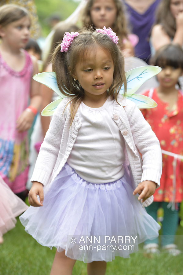 Old Westbury, New York, USA. 28th June 2015. Lori Belilove & The Isadora Duncan Dance Company give dancing lessons to children, throughout the gardens of historic Old Westbury Gardens, a Long Island Gold Coast estate, for its Midsummer Night event. Many young girls wore fairy costumes.
