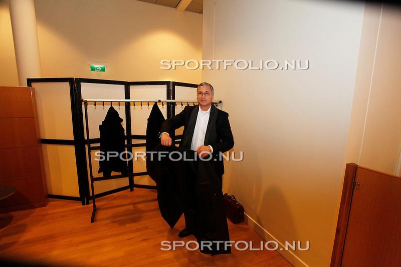 Nederland, Utrecht, 28 december 2011.Tscheu La Ling doet zijn jas aan en vertrekt uit de rechtszaal van de rechtbank in Utrecht