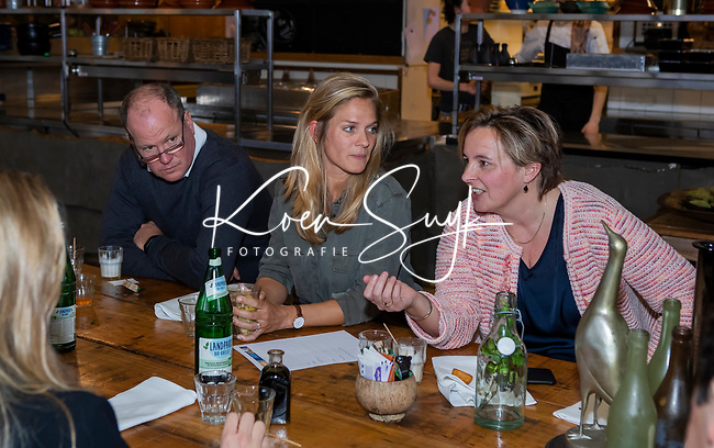 VOGELENZANG - Kitty van Male met Pauline Hogeweg (ONVZ) , en assistent bondscoach Graham Reid (Ned)  Spelerslunch KNHB 2019.   COPYRIGHT KOEN SUYK