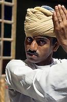 Indien, Jodhpur (Rajasthan), Wickeln des Turbans