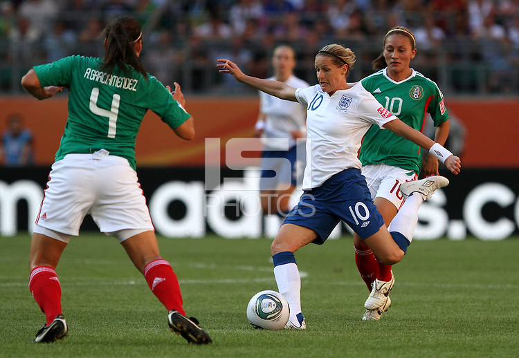 Wolfsburg , 270611 , FIFA / Frauen Weltmeisterschaft 2011 / Womens Worldcup 2011 , Gruppe B  ,  ..England - Mexico ..Kelly Smith (England) gegen Dinora Garza (Mexico) ..Foto:Karina Hessland ..