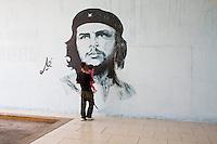 Padre e figlio davanti all'immagine di Che Guevara
