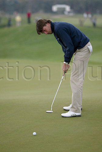 18 November 2005: Dutch golfer Robert-Jan Derksen (NED) putting on the 2nd green during the second round of the 2005 World Golf Championships, Victoria Clube de Golfe, Vilamoura, Portugal. Photo: Glyn Kirk/Actionplus....051118  man men golf