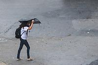 SÃO PAULO,SP, 09.11.2015 - CLIMA-SP - Pedestres se protegem de garoa fina na Avenida Brigadeiro Luis Antonio, no bairro da Bela Vista, região central de São Paulo nesta segunda-feira, 09. (Foto: William Volcov/Brazil Photo Press)