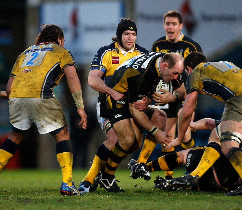 Photo: Richard Lane..London Wasps v Leeds Carnegie. Guinness Premiership. 05/01/2008..Wasps' Lawrence Dallaglio attacks.
