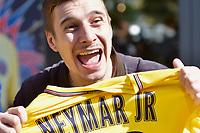 Les supporters de Neymar à la boutique officielle du PSG à Paris, France, 04.08.2017. # LES SUPPORTERS DE NEYMAR A LA BOUTIQUE DU PSG