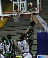 BOGOTA - COLOMBIA - 26-04-2013: Fahnbulleh (Izq.) de Piratas de Bogotá, disputa el balón con Chavez (Der.) de Academia de la Montaña de Medellin, abril 26 de 2013. Piratas y Academia de la Montaña en partido de la quinta fecha de la fase II de la Liga Directv Profesional de baloncesto en partido jugado en el Coliseo El Salitre. (Foto: VizzorImage / Luis Ramírez / Staff). Fahnbulleh (L) of Piratas from Bogota, fights for the ball with Chavez (R) of Academia de la Montaña from Medellin, April 26, 2013. Piratas and Academia de la Montaña in the fifth match of the phase II of the Directv Professional League basketball, game at the Coliseum El Salitre. (Photo: VizzorImage / Luis Ramirez / Staff).