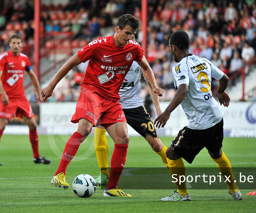 KV Kortrijk - Sporting Lokeren : Ivan Santini (links) aan de bal voor Denis Odoi (rechts)<br /> foto VDB / Bart Vandenbroucke