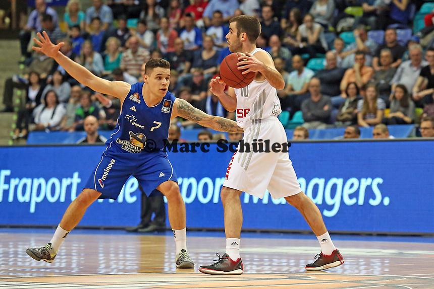 Konstantin Klein (Skyliners) verteidigt gegen Jared Jordan (Bamberg) - Fraport Skyliners vs. Brose Baskets Bamberg, Fraport Arena Frankfurt