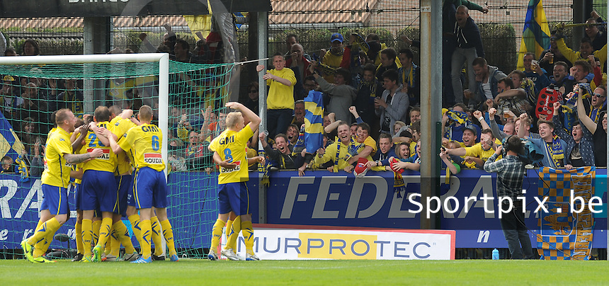 Moeskroen - Westerlo :<br /> <br /> spelers van Westerlo vieren de 0-1<br /> <br /> foto VDB / BART VANDENBROUCKE