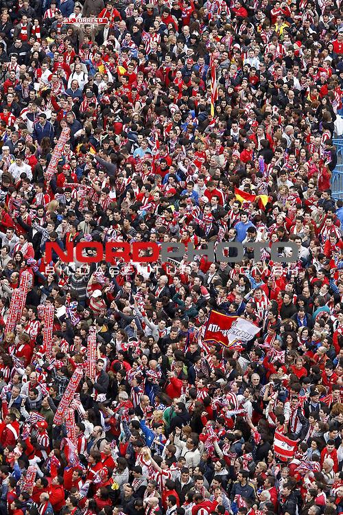 13.05.2010, City, MAdrid, ESP, UEFA Europa League Finale, Atletico Madrid  im Bild <br /> Atletico de Madrid players celebrate the victory in the UEFA Europa League with their supporters at Neptuno square.<br />  Foto &copy; nph / Julian Bird *** Local Caption *** Fotos sind ohne vorherigen schriftliche Zustimmung ausschliesslich f&uuml;r redaktionelle Publikationszwecke zu verwenden.<br /> <br /> Auf Anfrage in hoeherer Qualitaet/Aufloesung