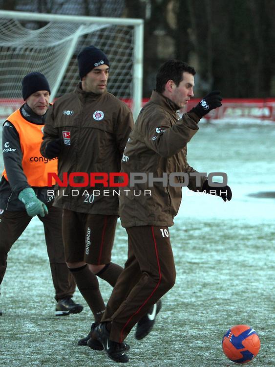 2.Liga FBL 2008/2009  FC St.Pauli - Training im Schnee<br /> <br /> <br /> Vorne Thomas Meggle (Nr.10), Mitte Kapit&auml;n Fabio Morena (Nr.4) beim Training.<br /> <br /> <br /> <br /> Foto &copy; nph (nordphoto)<br /> <br /> *** Local Caption ***