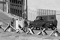 - the Berlin Wall, DDR border police ( Volkspolizei )....- il Muro di Berlino, polizia di frontiera della DDR ( Volkspolizei )