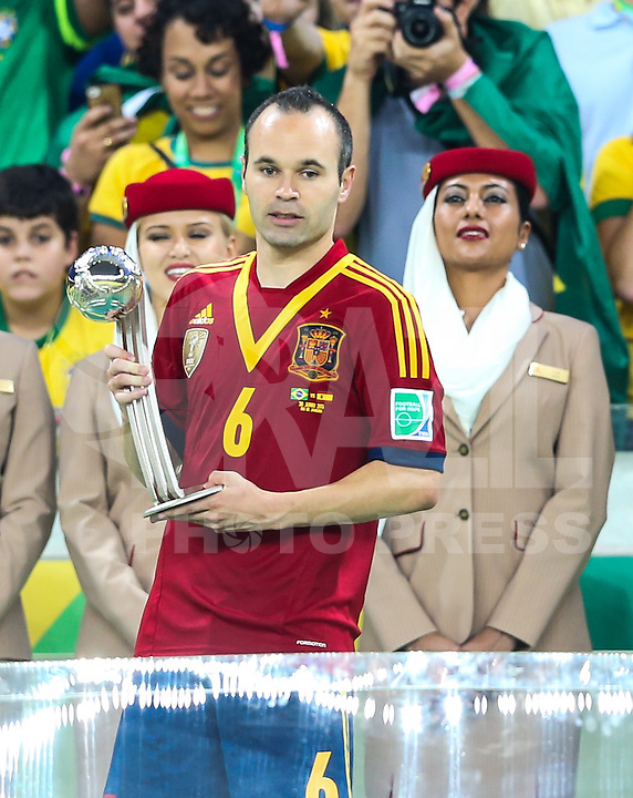 RIO DE JANEIRO, 30.06.2013 - COPA DAS CONFEDERAÇÕES - FINAL - BRASIL X ESPANHA - Andres Iniesta da Espanha e Daniel Alves do Brasil na final da Copa das Confederações Estádio do Maracanã, na zona norte do Rio de Janeiro, neste domingo, 30. (Foto: William Volcov / Brazil Photo Press).