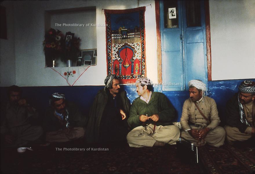 Iran 1979.Deux chefs militaires kurdes, Naji Qadri  et Mullah Mohamed, discutant dans une maison.Iran 1979.Two military leaders , Naji Qadri and Mollah Mohamed, discussing in an house