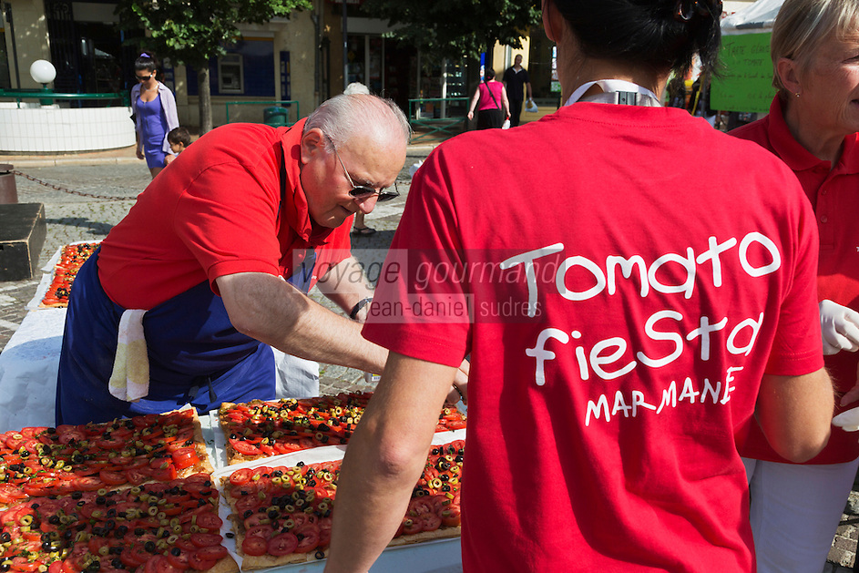 Europe/France/Aquitaine/47/Lot-et-Garonne/Marmande: Lors de la Fête de la Tomate: Tomato Fiesta - réalisation de la tarte à la tomate géante par le Conseil des Sages