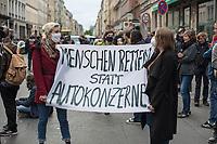 Trotz Corona-Versammlungseinschraenkung gingen am 1. Mai 2020 in Berlin 3.000 Menschen in Berlin-Kreuzberg auf die Strasse. Sie protestierten u.a. fuer die Aufnahme von Gefluechteten aus den ueberfuellten griechischen Fluechtlingslagern und die Unterstuetzung von Automobilkonzernen wegen der Corona-Krise (im Bild).<br /> 1.5.2020, Berlin<br /> Copyright: Christian-Ditsch.de<br /> [NUR FUER REDAKTIONELLE ZWECKE! Werbung nur auf Anfrage beim Fotografen. Inhaltsveraendernde Manipulation des Fotos nur nach ausdruecklicher Genehmigung des Fotografen. Vereinbarungen ueber Abtretung von Persoenlichkeitsrechten/Model Release der abgebildeten Person/Personen liegen nicht vor. NO MODEL RELEASE! Don't publish without copyright Christian-Ditsch.de, Veroeffentlichung nur mit Fotografennennung, sowie gegen Honorar, MwSt. und Beleg. Konto: I N G - D i B a, IBAN DE58500105175400192269, BIC INGDDEFFXXX, Kontakt: post@christian-ditsch.de<br /> Bei der Bearbeitung der Dateiinformationen darf die Urheberkennzeichnung in den EXIF- und  IPTC-Daten nicht entfernt werden, diese sind in digitalen Medien nach §95c UrhG rechtlich geschuetzt. Der Urhebervermerk wird gemaess §13 UrhG verlangt.]