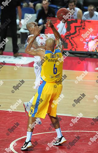 2013-09-22 / Basketbal / seizoen 2013-2014 / Antwerp Giants - Maccabi Tel Aviv / Frank Turner (Giants) probeert te scoren tegen Devin Smith<br /><br />Foto: Mpics.be