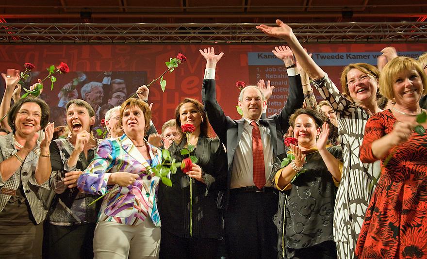 Nederland, Nijmegen, 25 april 2010.PvdA verkiezingscongres .Job Cohen is verkozen tot de nieuwe lijsttrekker van de Pvda. Hier met een deel van de kandidaten voor de tweede kamer op het podium...Foto (c)  Michiel Wijnbergh