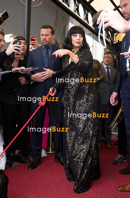 EXCLUSIF - Lady Gaga sort de l'h&ocirc;tel Steigenberger &agrave; Bruxelles, accompagn&eacute;e de son chien.<br /> Belgique, Bruxelles, 22 septembre 2014.<br /> EXCLUSIVE - Lady Gaga coming out of the Steigenberger hotel in Brussels, with her dog.<br /> Belgium, Brussels, September 22, 2014.