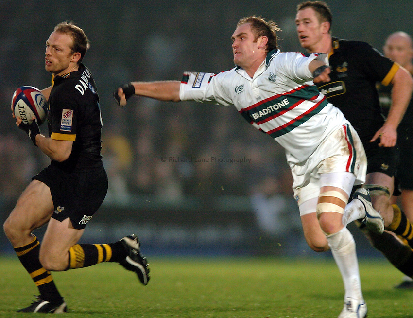 Photo. Henry Browne..London Wasps v Leicester Tigers. Zurich Premiership. 21/11/2004..Matt Dawson avoids Andy Goode...