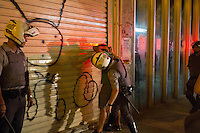 SÃO PAULO, SP - 21.10.2013 - MANIFESTAÇÃO PELA EDUCAÇÃO -SP - Policiais Militares abordam pessoas que estavam em bar na Rua Dom José de Barros, após manifestantes entrarem em confronto com a Policia Militar na Praça da República, a manifestação teve início no vão do Masp na Av Paulista, região central de São Paulo, nesta segunda-feira (21). (Foto: Marcelo Brammer/Brazil Photo Press)