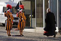 Diue guardie svizzere salutano un cardinale in una delle porte di accesso in vaticano.