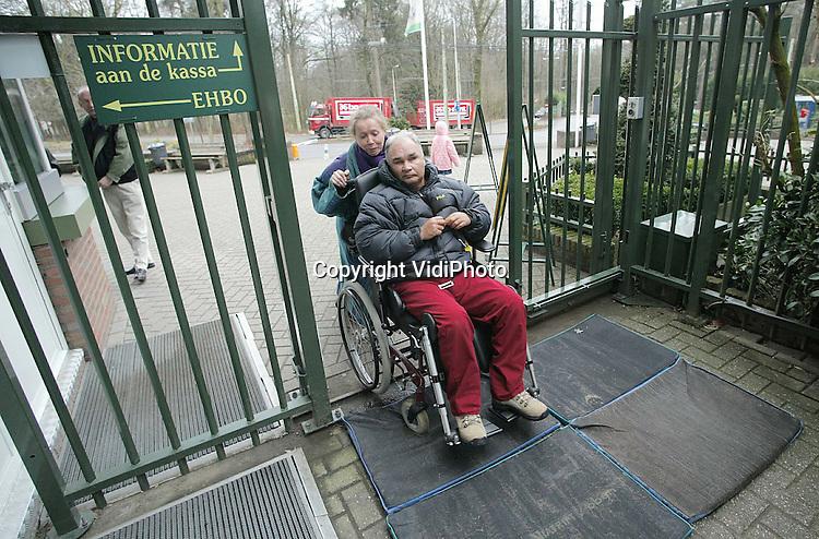 Foto: VidiPhoto..ARNHEM - Bezoekers van Burgers Zoo in Arnhem lopen en rijden over speciale ontsmettingsmatten de dierentuin in. Burgers wil hiermee voorkomen dat de vogels in het park de besmettelijke vogelpest oplopen. Burgers is het enige dierenpark dat ontsmettingsmatten neergelegd heeft. Sinds woensdag is Burgers ook verplicht een deel van de vogels op te sluiten. Ouwehands Dierenpark in Rhenen, dat midden in het besmettingsgebied ligt, heeft al eerder de vogels in hokken gedaan en vindt ontstemmingsmatten daarom niet zinvol meer.
