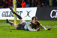 Tim Visser of Harlequins scores the match winning try. Aviva Premiership match, between Harlequins and Saracens on December 3, 2017 at the Twickenham Stoop in London, England. Photo by: Patrick Khachfe / JMP
