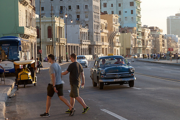 Crossing the Malecón at sundown, Centro Habana