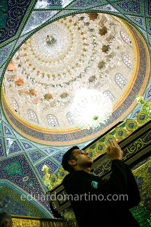 Shia Muslims in the UK / Eduardo Martino.Sameer Ali Hasham, from Middlesex, praying inside Syedarokia (Bibi Sakina)'s shrine, Damascus, Syria, March 2004
