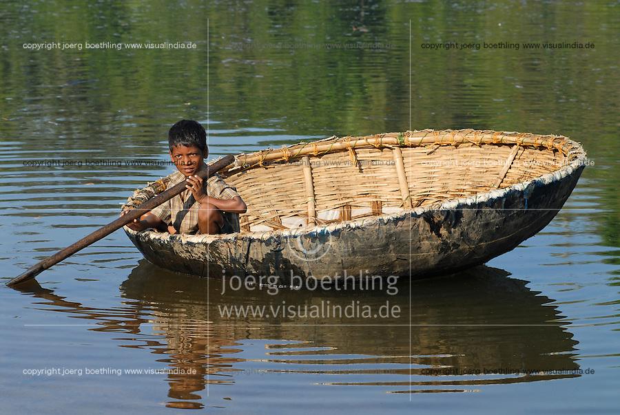 INDIA Karnataka , fishing nomads, small boy with boat on river Phalguni / INDIEN Karnataka Moodbidri , Fischer Familien mit ihren Kindern am Fluss Phalguni, kleiner Junge in einem Boot mit bespannter Tierhaut