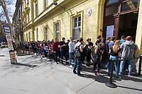 UNGARN, 08.04.2018, Budapest IX. Bezirk. Wahltag der Parlamentswahl: An manchen Orten standen die Menschen stundenlang Schlange, um ihre Stimme abzugeben, hier am Bak&aacute;ts Platz. Links ein Plakat des MSZP-P&aacute;rbesz&eacute;d-Kandidaten Gergely Kar&aacute;csony. | Parliamentary election day: At some places people queued up for hours to cast their vote, here at Bakats square. To the left a poster of MSZP-Parbeszed PM candidate Gergely Karacsony.<br /> &copy; Szilard Voros/estost.net