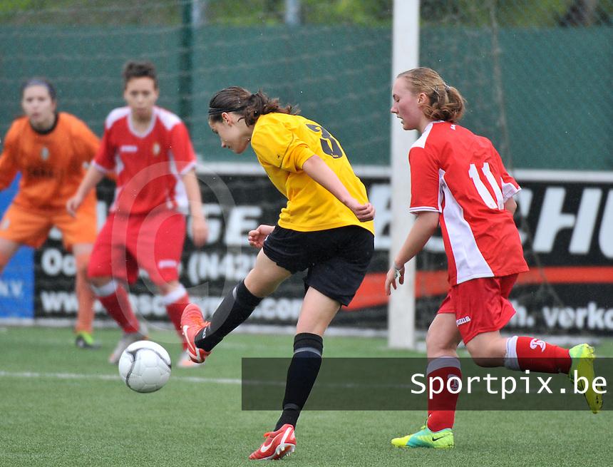 Lierse U16 - Standard de Liege U16 : Laura Baetens met het schot voorbij Jodie Alardot (rechts).foto DAVID CATRY / Nikonpro.be