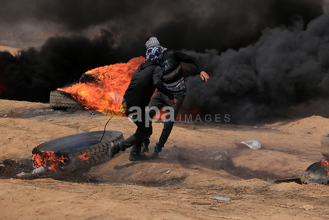 Palestinian protesters clash with Israeli security forces in tents protest demanding the right to return to their homeland, at the Israel-Gaza border, in Khan Younis in the southern Gaza Strip on April 27, 2018. Photo by Sanad Latefa