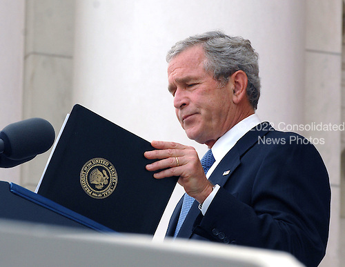 Washington, D.C. - May 28, 2007 -- United States President George W. Bush participates in a Wreath Laying Ceremony at the Tomb of the Unknowns at Arlington National Cemetery in Arlington, Virginia on Monday, May 28, 2007. .Credit: Ron Sachs  - Pool via CNP