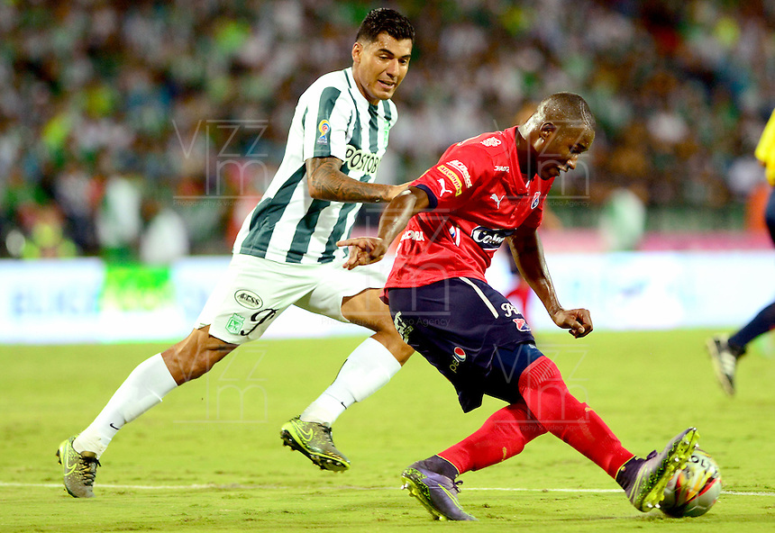 MEDELLÍN -COLOMBIA-13-12-2015: Jefferson Duque (Izq.) jugador de Atlético Nacional disputa el balón con Andres Mosquera (Der.) jugador de Independiente Medellin durante partido de vuelta entre Atletico Nacional e Independiente Medellin por las semifinales de la Liga Aguila II 2015, jugado en el estadio Atanasio Girardot de la ciudad de Medellin. / Jefferson Duque (L) player of Atletico Nacional fights for the ball with Andres Mosquera (R) player of Independiente Medellin during a match for the second leg between Atletico Nacional and Independiente Medellin  for the semifinals of the Liga Aguila II 2015 at the Atanasio Girardot stadium in Medellin city. Photo: VizzorImage/León Monsalve/ Str