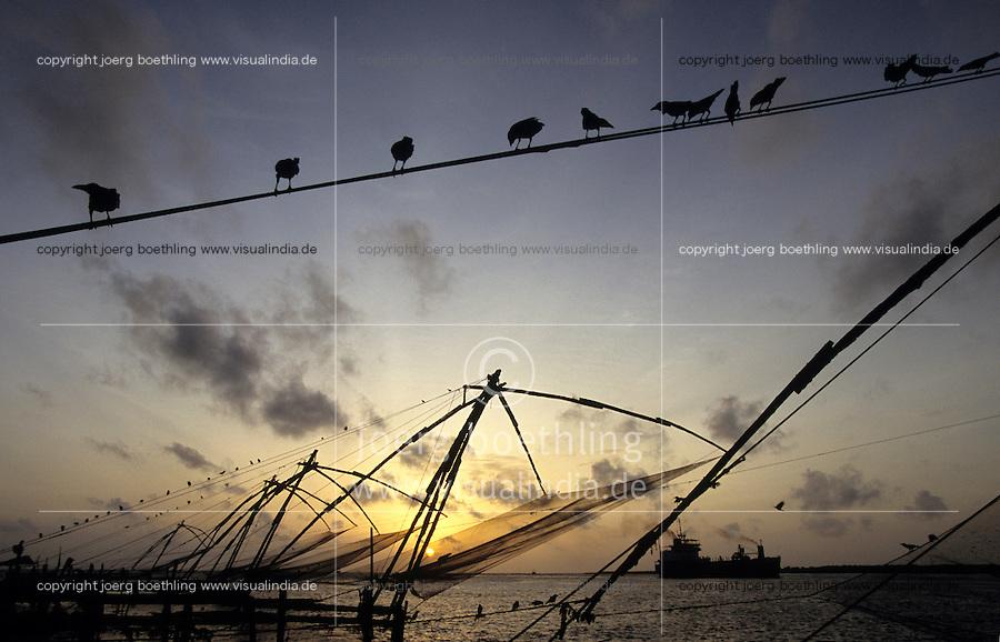 INDIA Kerala, Fort Cochin, chinese fishing net at port entry / INDIEN Kerala, Cochin Kochi, Kuestenfischer leeren die chinesischen stationären Senknetze an Hafeneinfahrt