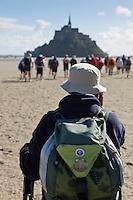 France, Manche (50), traversée à pied de la Baie du Mont Saint-Michel, classé Patrimoine Mondial de l' UNESCO //  France, Manche, crossing on foot the Bay of Mont Saint Michel, listed as World Heritage by UNESCO