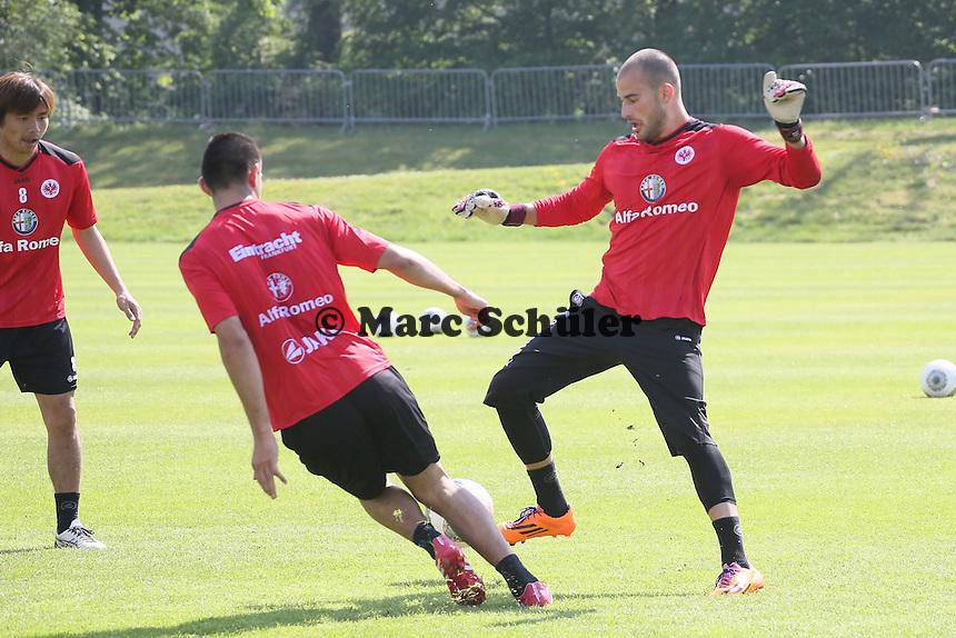 Aykut Özer gegen Carlos Zambrano (Eintracht) - Eintracht Frankfurt Training, Commerzbank Arena