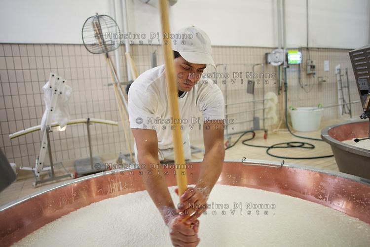 Fiorenzuola: un uomo lavora alla produzione del Grana Padano nell'azienda Colla...Fiorenzuola: a man works for the production of Grana Padano in the farm Colla